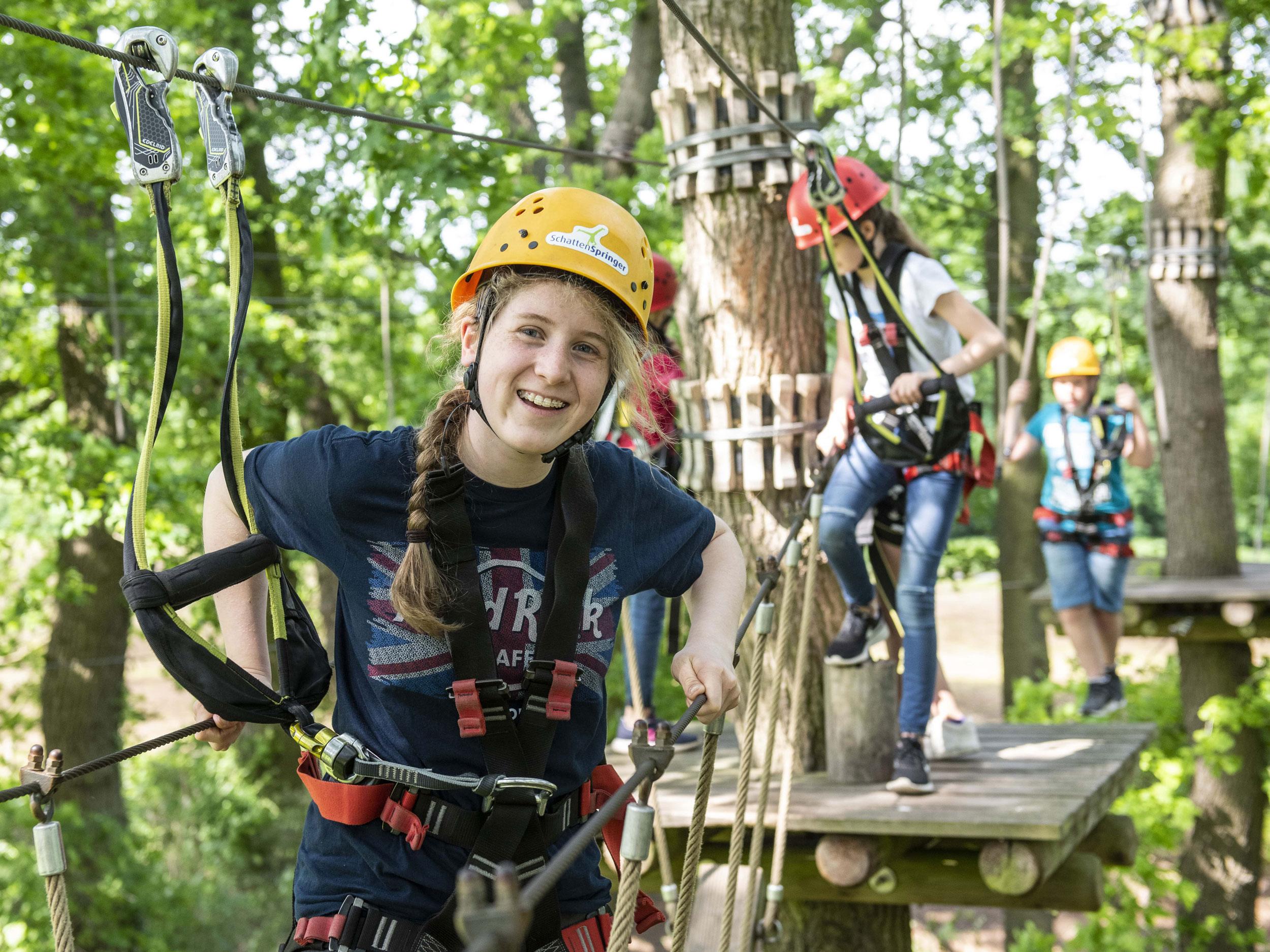 Mädchen klettert im SeaTree Kletterpark